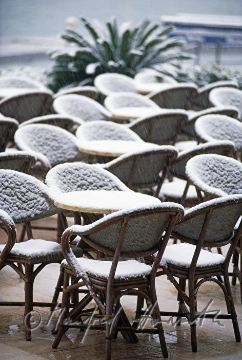 manfred horvath sessel auf der terrasse des hotel millenium. Black Bedroom Furniture Sets. Home Design Ideas