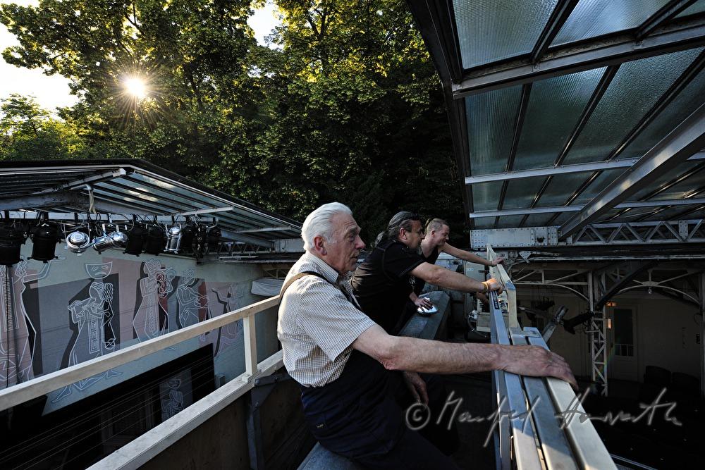 Manfred Horvath Techniker des Theaters beim Öffnen des Daches ~ Kühlschrank Quietscht Beim Öffnen